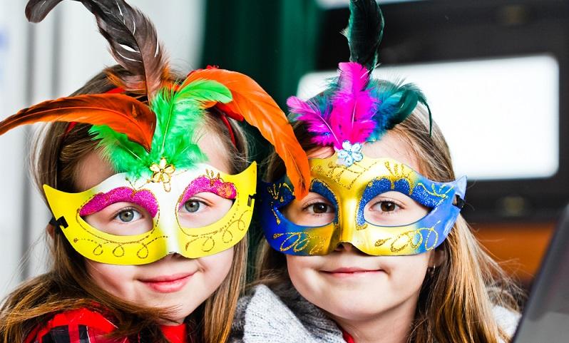 Wer seinem Kind eine riesige Freude machen möchte und zu Kinderfasching eine tolle Kostümparty schmeißen will, der kann schon vorab einige Dinge organisieren, damit das Fest ein voller Erfolg wird. (#01)