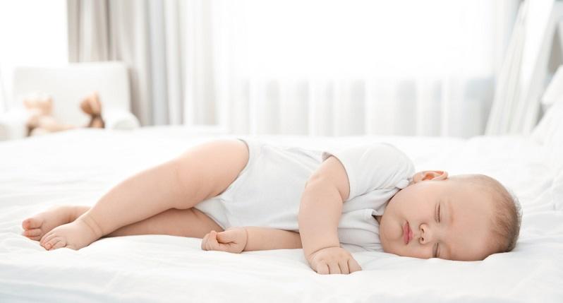 Der Härtegrad der Matratze ist ausschlaggebend für den gesunden Schlaf des Babys. Hier sollte man sich bewusst machen, dass härtere Matratzen deutlich besser sind als weiche, tief einsinkende Unterlagen. (#02)