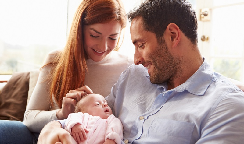 Junge Eltern sind heute finanziell bis zu 14 Monate nach der Geburt abgesichert. Der Antrag auf Elterngeld ist in den Planungen aber nur ein Aspekt. (#03)