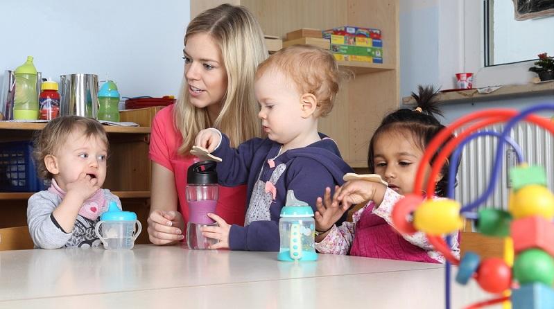 Eigentlich gilt in Deutschland seit einigen Jahren der Grundsatz, dass Kinder ab 12 Monaten einen Anspruch auf einen Betreuungsplatz haben. (#04)