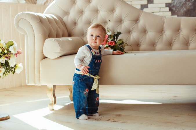 Bei den ersten Schritten die ein Baby wagt, helfen oftmals Möbelstücke für einen festen Stand - die ersten Schritte sollte ein Baby in jedem Fall ohne Schuhe machen. (#1)