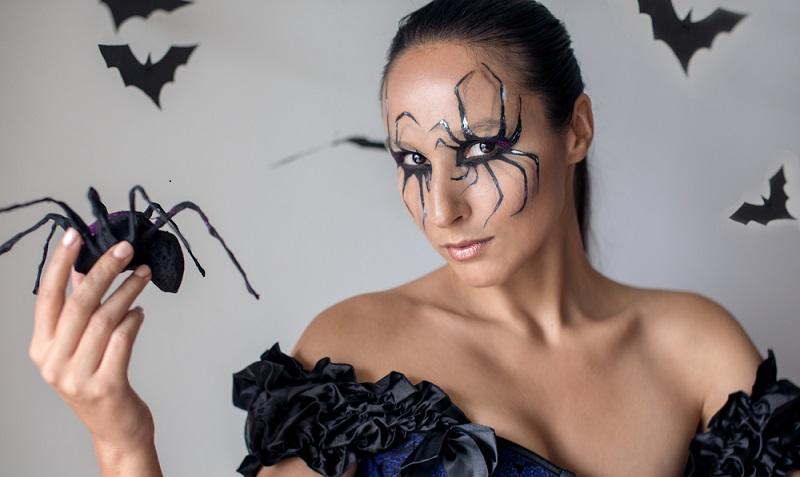 Mit Hilfe von schwarzen Strumpfhosen kann aus der Krake eine Spinne werden. (#03)