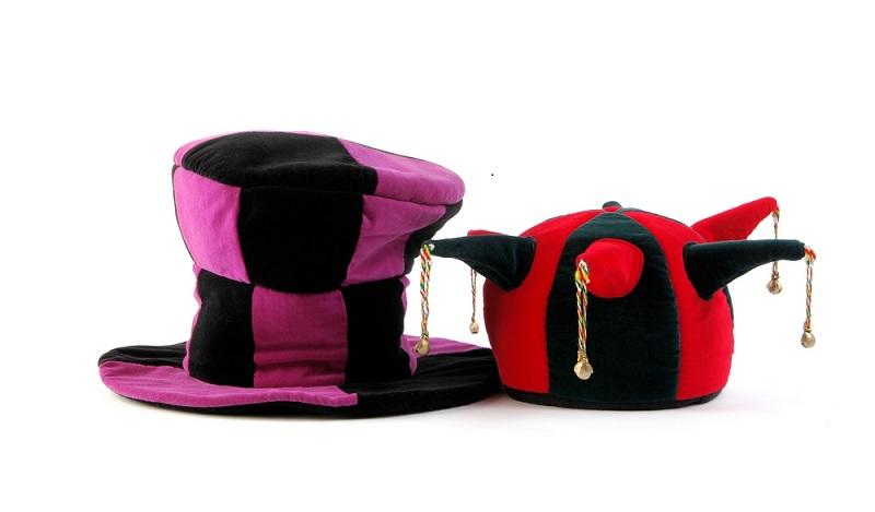 Ein alter Filzhut oder eine Mütze können eine gute Grundlage sein, um eine närrische Kopfbedeckung anzufertigen. (#04)