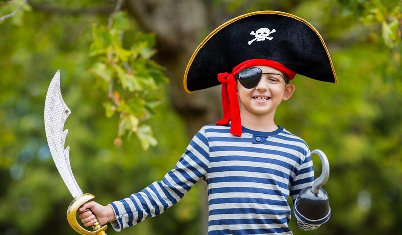 Wenn der Piratenhut nicht für Fasching, sondern für den Kindergeburtstag gebastelt worden ist, dann kann er sehr gut den Kindern dann mit nach Hause gegeben werden. (#02)