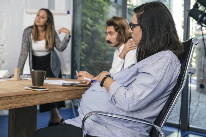 In bestimmten Bereichen wie z.B. in der Pflege und dem Gesundheitswesen muss der Arbeitgeber der Schwangeren ein Beschäftigungsverbot auferlegen. (#5)