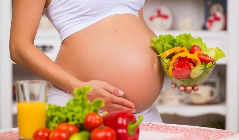 Mit den richtigen Einflüssen von außen und der Zufuhr von lebenswichtigen Nährstoffen sind Kind und Mutter während der Schwangerschaft optimal versorgt. (#01)