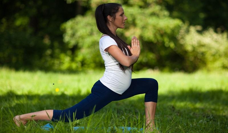 Nährstoffe Schwangerschaft: Yoga ist in der Schwangerschaft eine wohltuende und sanfte Bewegungsform. (#03)