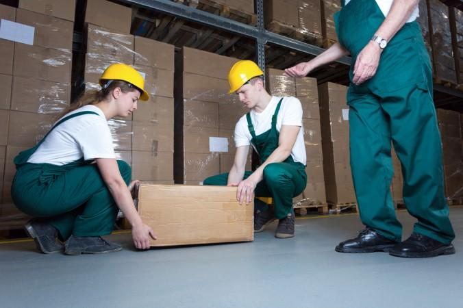 Wenn eine Schwangere körperlich schwere Arbeiten verrichten muss, kann ein Beschäftigungsverbot eine große Hilfe sein. (#4)