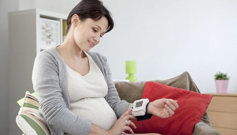 Da Schwangere mit 40 bereits als Risikoschwangere gelten, können sie von einer Vielzahl von Untersuchungen profitieren, die im Gegensatz zu jüngeren Schwangeren von der gesetzlichen Krankenkasse bezahlt werden. (#02)Da Schwangere mit 40 bereits als Risikoschwangere gelten, können sie von einer Vielzahl von Untersuchungen profitieren, die im Gegensatz zu jüngeren Schwangeren von der gesetzlichen Krankenkasse bezahlt werden. (#02)