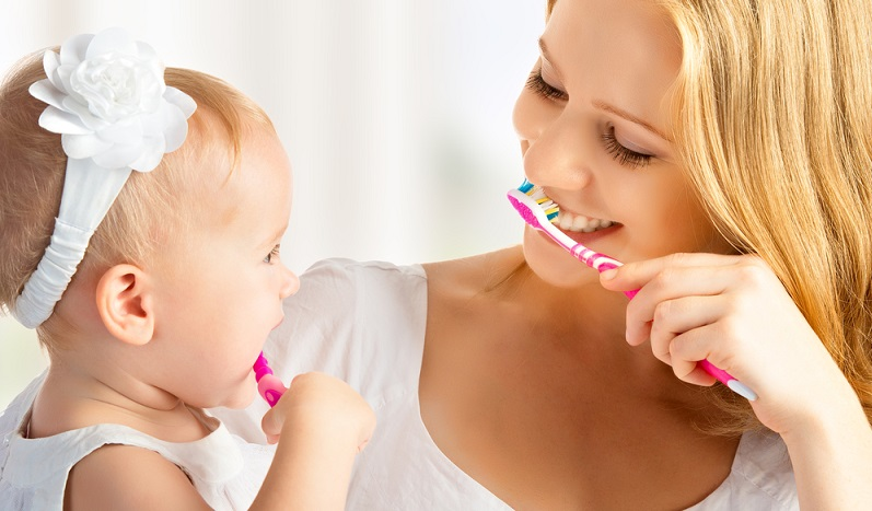 Sind die ersten Zähen durchgebrochen, sollten Eltern auf Zahnbürsten mit ganz normalen Borsten umsteigen. (#01)