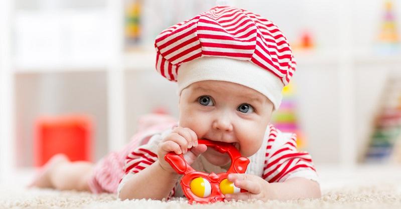 Gerade für die ersten Zähne eignen sich daher Beißringe oder andere speziell für das zahnende Baby gefertigte Gegenstände sehr gut. (#02)
