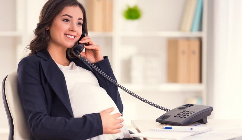 Der Arbeitgeber muss die Schwangerschaft seiner Angestellten gegenüber dem staatlichen Arbeitsschutz oder dem Gewerbeaufsichtsamt mitteilen. Er hat dafür Sorge zu tragen, dass die Frau keine gesundheitlich gefährlichen Arbeiten ausführt, und muss ihren Arbeitsplatz entsprechend einrichten. (#03)