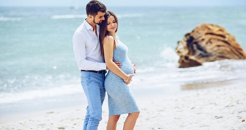 Die Empfehlung lautet, am besten zwischen dem fünften und siebten Schwangerschaftsmonat in den Familienurlaub zu reisen, denn dann sind Sie noch fit genug und der Bauch ist noch nicht so hinderlich. (#04)