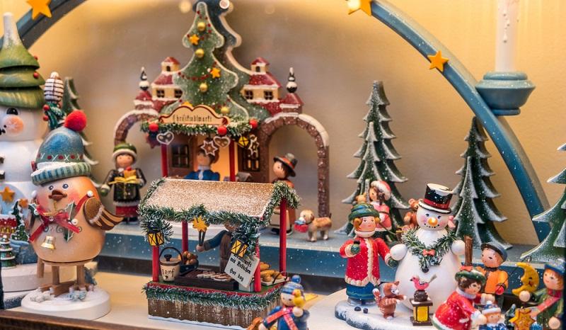 Weihnachtliches Spielzeug in einer verschneiten Landschaft. Manchmal sind die kleinen Geschenke die Stimmungsvollsten. (#1)