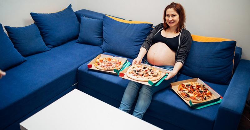 Der Wunsch, übermäßig viel zu essen, gehört zu den harmloseren Beschwerden während der Schwangerschaft. (#02)