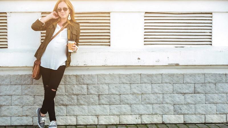 Viele Schwangere leiden unter Schwindel und Kreislaufstörungen, sodass flache Schuhe geeigneter sind, weil sie einen sicheren Stand garantieren.