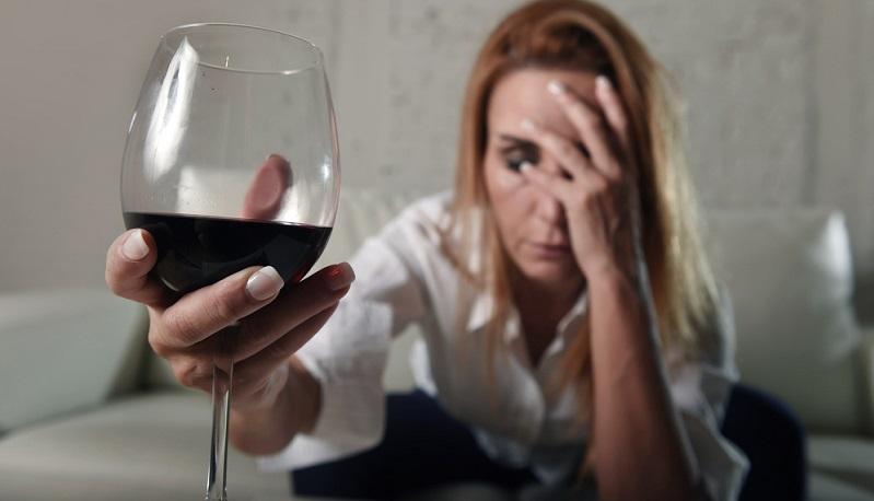 Ein erhöhter Alkoholkonsum kann die Wahrscheinlichkeit für die Entstehung von Brustkrebs ebenfalls steigern.
