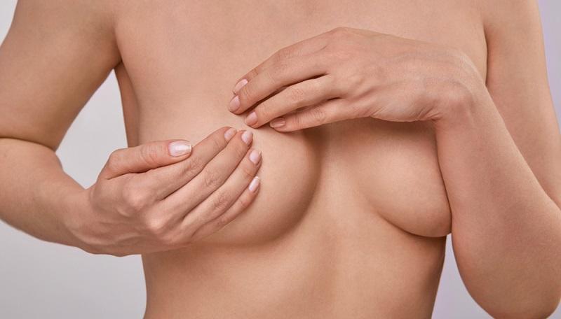 Bei einer regelmäßigen Kontrolle der eigenen Brust ist es empfehlenswert, die Größe im Blick zu behalten. Zahlreiche Frauen haben unterschiedlich große Brüste.
