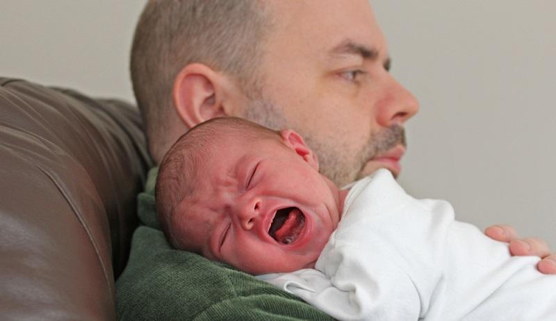 Das Baby schläft nicht? Auch eine Möglichkeit, um zur Ruhe zu kommen: Mama und Papa sollten ihre Ruhezeiten auf die des Kindes abstimmen.