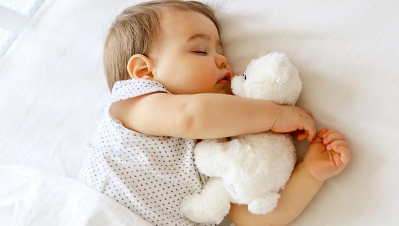 Meist erwarten Eltern einfach zu viel von ihren Babys. Sie sollen so schnell wie möglich durchschlafen, dann am besten noch am Tage einige Stunden schlafen.