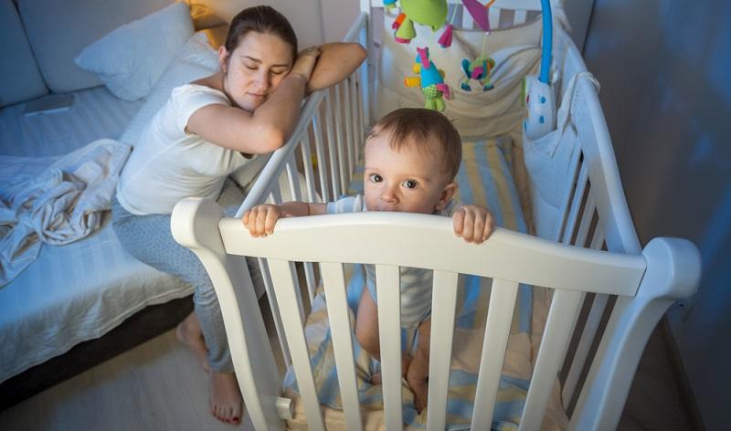 Ab wann Babys die ganze Nacht hindurch schlafen, hängt auch davon ab, ob sie nur gestillt werden oder die Flasche bzw. Beikost bekommen.