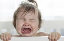 Baby weint im Schlaf: Was kann man dagegen tun?