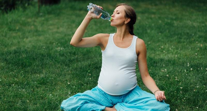 Viele Schwangere vergessen Flüssigkeit zu sich zu nehmen.