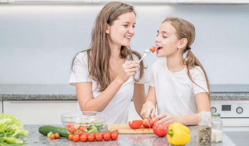 Eine gesunde Ernährung für Kinder kann ganz einfach sein, wenn bestimmte Aspekte berücksichtigt werden. (Foto-Shutterstock: Ermolaev Alexander )