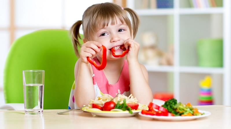 Wer sich näher zum Thema gesunde Ernährung für Kinder, gesunder Stoffwechsel und ausreichende Trinkmenge informieren oder einen individuellen Ernährungsplan erstellt haben möchte, sollte sich direkt bei Metabolic Balance melden. (Foto-Shutterstock:  Oksana Kuzmina )