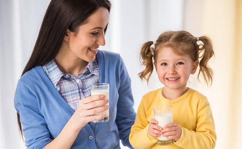 Grundschulkinder berichten häufig darüber, dass sie im Unterricht nicht trinken dürfen. (Foto-Shutterstock: VGstockstudio)