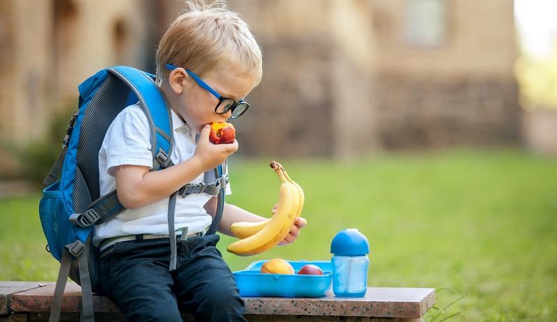 Gesunde Ernährung für Kinder darf nicht kompliziert sein und muss sich vor allem mit dem Alltag vereinbaren lassen. (Foto-Shutterstock: _Sharomka )