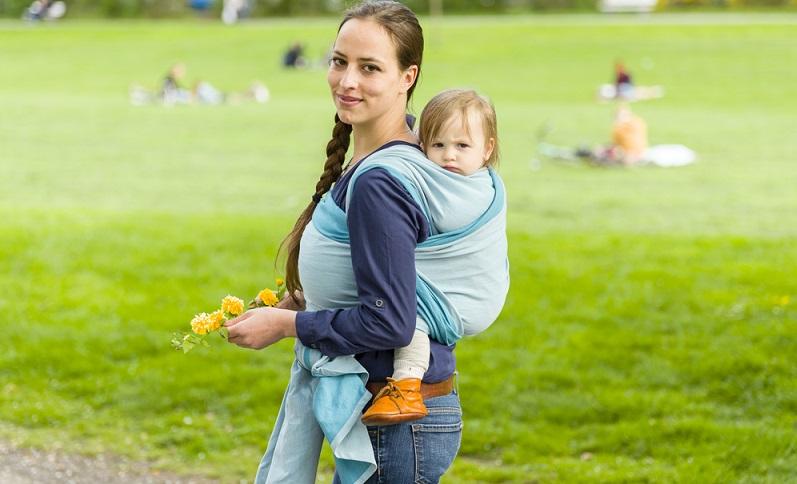 Der Markt ist mittlerweile voll von Babytragen verschiedener Hersteller und Bauart.  ( Foto: Shutterstock-runzelkorn)