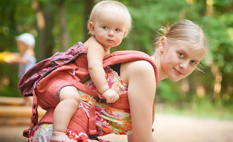 Entwicklungspsychologen weisen gern darauf hin, dass das Tragen des Babys für seine Entwicklung unverzichtbar ist. ( Foto: Shutterstock-Andrey Burstein )