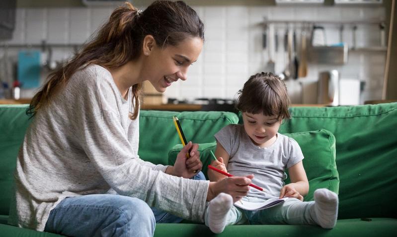 Welche festen Rituale gibt es für die jeweilige Tageszeit? Wie sind die Eltern im Notfall zu erreichen? Hier zeigt sich auch noch einmal die Wichtigkeit von einem Handy des Babysitters.  ( Foto: Shutterstock- fizkes)