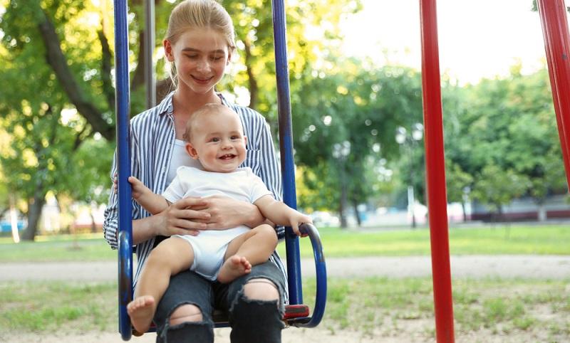 Schüler und Studenten möchten oft Babysitter werden, um sich damit einen oder auch mehrere Wünsche zu erfüllen. ( Foto: Shutterstock-New Africa)