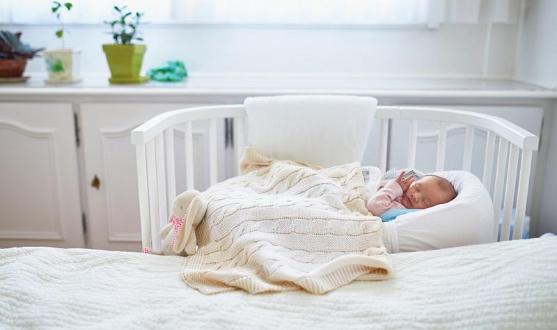 Babybett direkt am Bett der Eltern macht für die ersten Monate durchaus Sinn. ( Foto: Shutterstock-Ekaterina Pokrovsky )