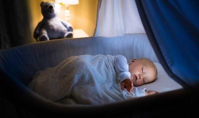 Stubenwagen und Wiege sind ideale Schlafplätze für den Tag, denn hier kann das Kleine überall dort schlafen, wo sich gerade die Eltern befinden. ( Foto: Shutterstock-FamVeld )