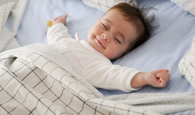 So hübsch die Kissen mit Borte oder die niedlichen Decken im Kleinformat auch aussehen: Sie haben im Babybett nichts zu suchen!  ( Foto: Shutterstock-_javi_indy )