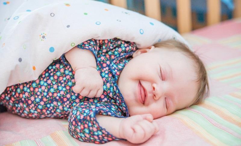 Kleinkinder wachsen atemberaubend schnell und schon nach einem halben Jahr passt das Beistellbettchen nicht mehr. ( Foto: Shutterstock-Sveta Lagutina)