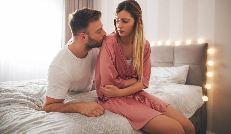 Nicht immer kann die Periode als tatsächlich richtiges Schwangerschaftsanzeichen herangezogen werden, denn bei manchen Frauen tritt sie direkt nach der Empfängnis noch einmal auf. ( Foto: Shutterstock-_Jelena Zelen )